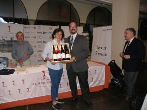 Driver más Largo Hoyo 18 indistinto Dña. Susana Escolar, entrega el premio D. Francisco Alonso, Delegado Comercial de la Bodega Delea a Marca