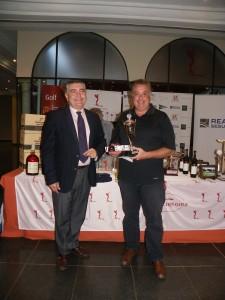 Ganador Scratch D. Simón Merino, entrega el premio D. Agustin Ruiz-Escribano Dtor. Territorial Reale Seguros