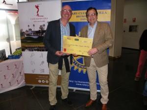 D.-Fermin-Arroyo-en-Representación-de-la-Caja-Rural-hace-entrega-de-1000,00-€-a-la-Fundación-Rotaria-Campaña-Polio-Plus